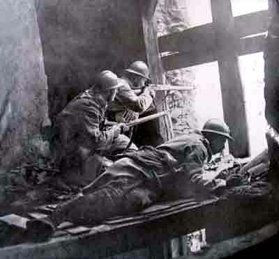 French soldiers in bombed out building