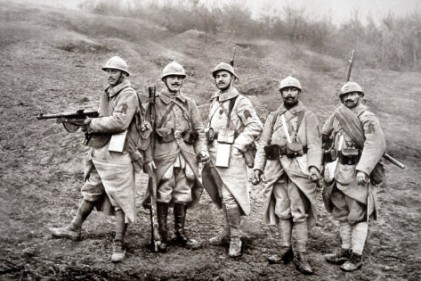 French WWI infantry with weapons