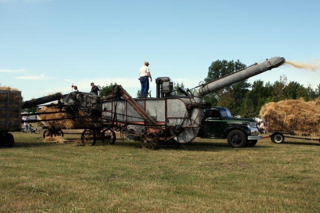 Threshing_Machine_In_Action